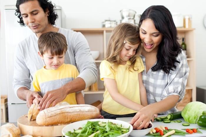 Joven familia hispana preparando un almuerzo helthy juntos