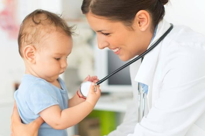 Lindo niño en el consultorio del médico. Jugando con estetoscopio.