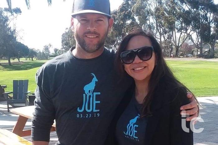 un hombre y una mujer en el evento Goat for Joe fuera posando para la cámara