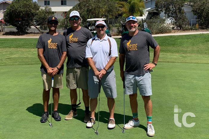 4 hombres golfistas de pie en el verde posando para la cámara