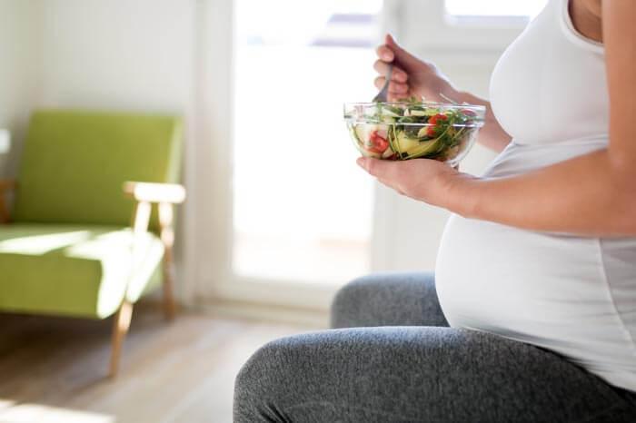 Retrato de mujeres embarazadas comiendo alimentos saludables