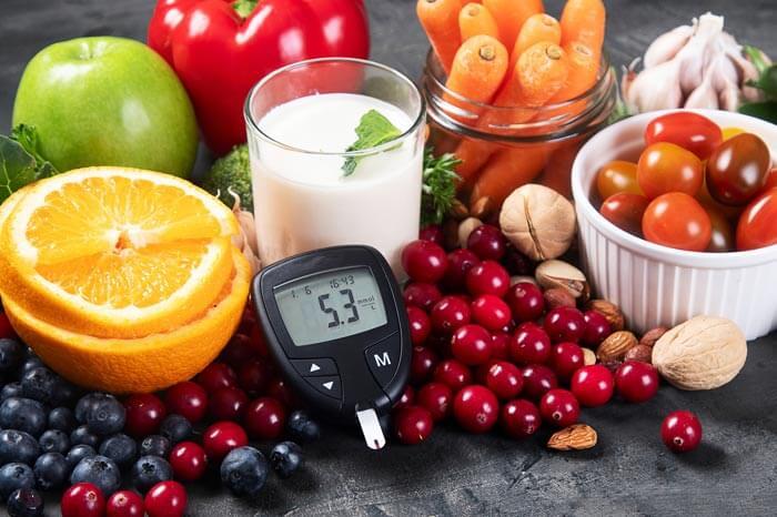 Diabetes y colesterol controlan la dieta y el concepto de nutrición saludable de alimentación, concepto del Día Mundial de la Diabetes. Alimentos sobre fondo negro
